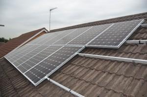 installatie zonnepanelen op een schuin dak
