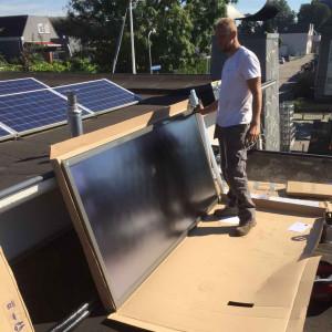 Wouter bezig met de installatie van een zonneboiler